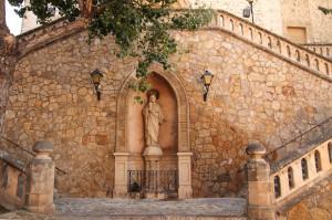 Aufgang zur gotischen Kirche